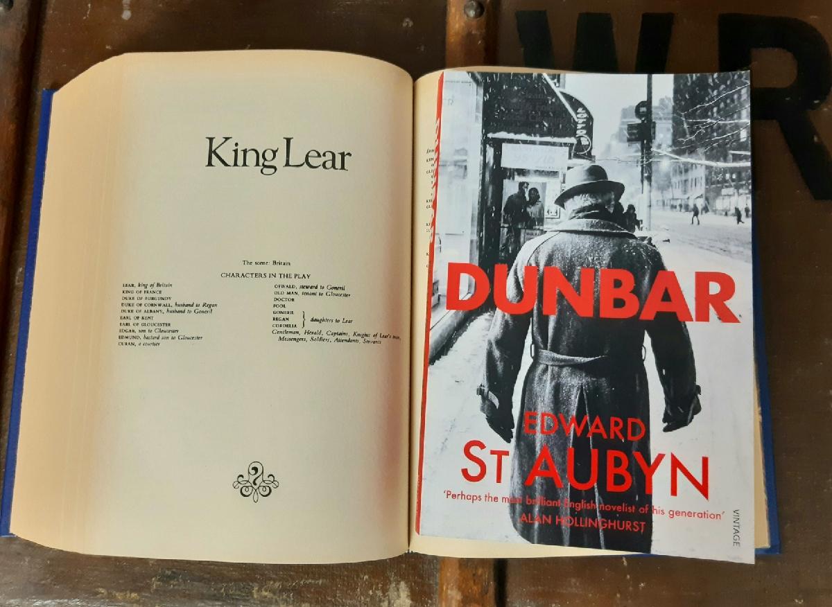 Das Cover von Edward St Aubyns Roman Lear zeigt die schwarz-weiß-Fotografie eines Mannes, der eine verschneite Straße hinunterläuft.